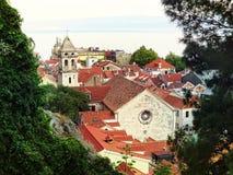 Omis och kyrka av det heliga korset Dalmatia i Kroatien Fotografering för Bildbyråer