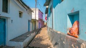 Omkareshwar, Индия - 28-ое ноября 2107: Идущ в очаровательные узкие переулки и улицы на Omkareshwar, священный городок в Индии стоковое фото rf