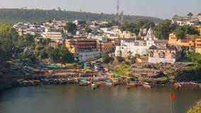 Omkareshwar cityscape, Indien, sakral hinduisk tempel Helig Narmada flod, sväva för fartyg Resa destinationen för turister och va Royaltyfri Foto
