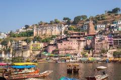 Omkareshwar cityscape, Indien, sakral hinduisk tempel Helig Narmada flod, sväva för fartyg Resa destinationen för turister och va Fotografering för Bildbyråer