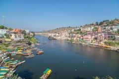 Omkareshwar cityscape, Indien, sakral hinduisk tempel Helig Narmada flod, sväva för fartyg Resa destinationen för turister och va Arkivfoto
