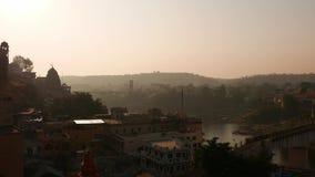 Omkareshwar pejzaż miejski, India, święta hinduska świątynia Święta Narmada rzeka, łodzi unosić się zdjęcie wideo