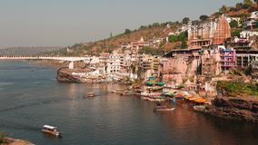Omkareshwar pejzaż miejski, India, święta hinduska świątynia Święta Narmada rzeka, łodzi unosić się Podróży miejsce przeznaczenia zbiory wideo