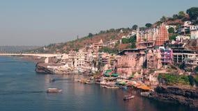 Omkareshwar pejzaż miejski, India, święta hinduska świątynia Święta Narmada rzeka, łodzi unosić się Podróży miejsce przeznaczenia zdjęcie wideo