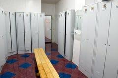 omklädningsrum med låsbara skåp Arkivbild