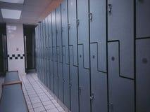 Omklädningsrum med låsbara skåp Arkivbilder