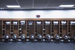 Omklädningsrum med låsbara skåp för amerikansk fotboll i en stor stadion Arkivbilder