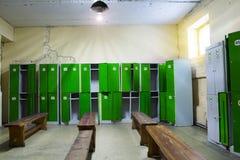 Omklädningsrum med låsbara skåp i idrottshallen Arkivfoton