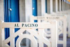 Omklädningsrum med låsbara skåp på stranden i Deauville, Frankrike royaltyfria bilder