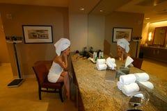 omklädningsrum med låsbara skåpkvinna Royaltyfria Foton