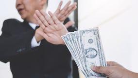 Omkoperij en corruptie het concept, Zakenman het weigeren ontvangt geld in de envelop aan overeenkomstencontract, a-steekpenning  royalty-vrije stock afbeelding