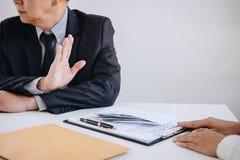Omkoperij en corruptieconcept, hogere refus van de zakenmanmanager stock afbeelding