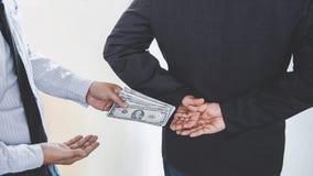 Omkoperij en corruptieconcept, steekpenning die in de vorm van dollarrekeningen, Zakenman geld geven terwijl het maken van overee royalty-vrije stock foto's