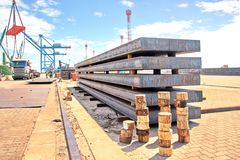 Omlastningterminal för att ladda stålprodukter till havsskyttlar genom att använda kustkranar och special utrustning i port Pecem royaltyfria foton