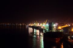 Omlastningterminalen för urladdning av cementlast förbi kusten sträcker på halsen En sikt av hytter med lastfartyg och vattenområ royaltyfri fotografi