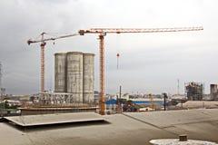 Omlastningterminalen för urladdning av cementlast förbi kusten sträcker på halsen En sikt av hytter med lastfartyg och vattenområ royaltyfria foton
