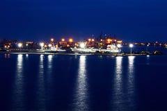 Omlastningterminalen för urladdning av cementlast förbi kusten sträcker på halsen En sikt av hytter med lastfartyg och vattenområ arkivfoton