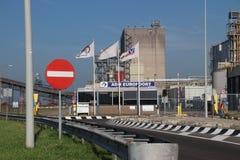 Omlastningväxt ADM Europoort för transport i stora partier som malm av kol i den Europoort hamnen i porten av Rotterdam royaltyfria bilder