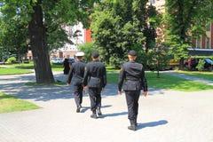 Omleidings militaire patrouille op een de zomerdag Stock Afbeeldingen