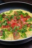 Omletów bekonowi plasterki, pomidory z ziele fotografia royalty free