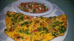 Omlet en salade royalty-vrije stock afbeelding