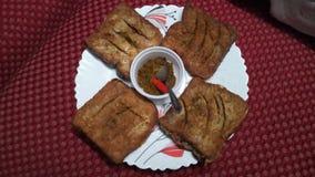 Omlet för brunt bröd med peppar tillsammans med dhaniachatni och lal mirch arkivfoto