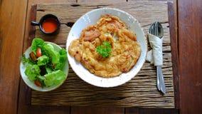 Omlet na ryż z sałatką i chili kumberlandem Fotografia Stock