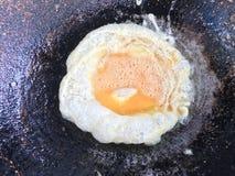 Omlet w niecce gorący, smażący jajka, proteina od jajek, jajeczni naczynia, jajeczny odżywianie zdjęcie stock