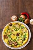 Omlet z pieczarkami w talerzu Fotografia Stock