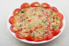 Omlet z pomidorem i pikantność. zdjęcie stock