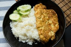 Omlet z ryż na stole Zdjęcie Royalty Free
