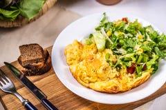Omlet z serem i sa?atk? zdjęcia royalty free