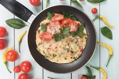 Omlet z serowym i czereśniowym pomidorem Fotografia Stock