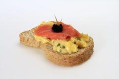 Omlete en el pan con los salmones fumados Fotos de archivo libres de regalías