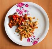 Omlette взбитого яйца и смешанный овощ служили на плите Индийское домашнее сделанное блюдо взгляд сверху Стоковое фото RF