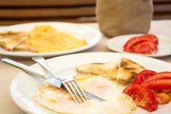 Omlette met toostbrood en tomaten Stock Afbeeldingen