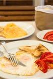 Omlette met toostbrood en tomaten Royalty-vrije Stock Foto