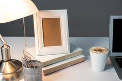 Omlijsting, kop van koffie met boeken en schemerlamp Royalty-vrije Stock Afbeeldingen