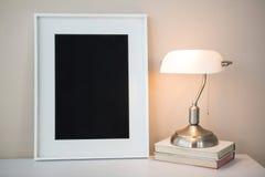 Omlijsting met boeken en schemerlamp Royalty-vrije Stock Foto