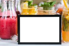 Omlijsting met vers fruit erachter dranken Royalty-vrije Stock Afbeelding