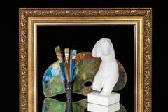 Omlijsting van het de borstelspalet van de Venusmislukking de artistieke op zwarte achtergrond royalty-vrije stock afbeeldingen
