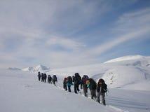 ?ommand della gente nel deserto della neve immagini stock libere da diritti