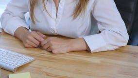 Ommunicates de la empresaria con los clientes en oficina Cierre para arriba almacen de video