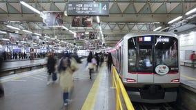 Ommuters en la estación del shibuya en el shibuya Tokio honshu Japón de la hora punta almacen de metraje de vídeo