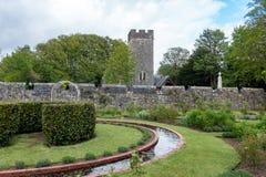 Ommuurde formele tuin bij St Fagans Nationaal Museum van Geschiedenis in Cardiff op 27 April, 2019 stock afbeelding