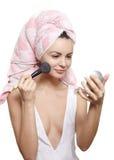 Omán en toalla en el maquillaje de aplicación principal Fotos de archivo