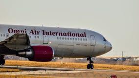 Omni Air International Boeing die 767 voor start voorbereidingen treffen stock afbeelding