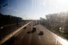 Omnibus avec des véhicules image libre de droits