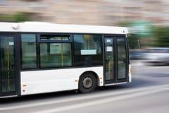 Omnibus blanco de la ciudad Imagenes de archivo
