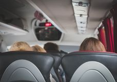 Omnibus con los pasajeros imagenes de archivo